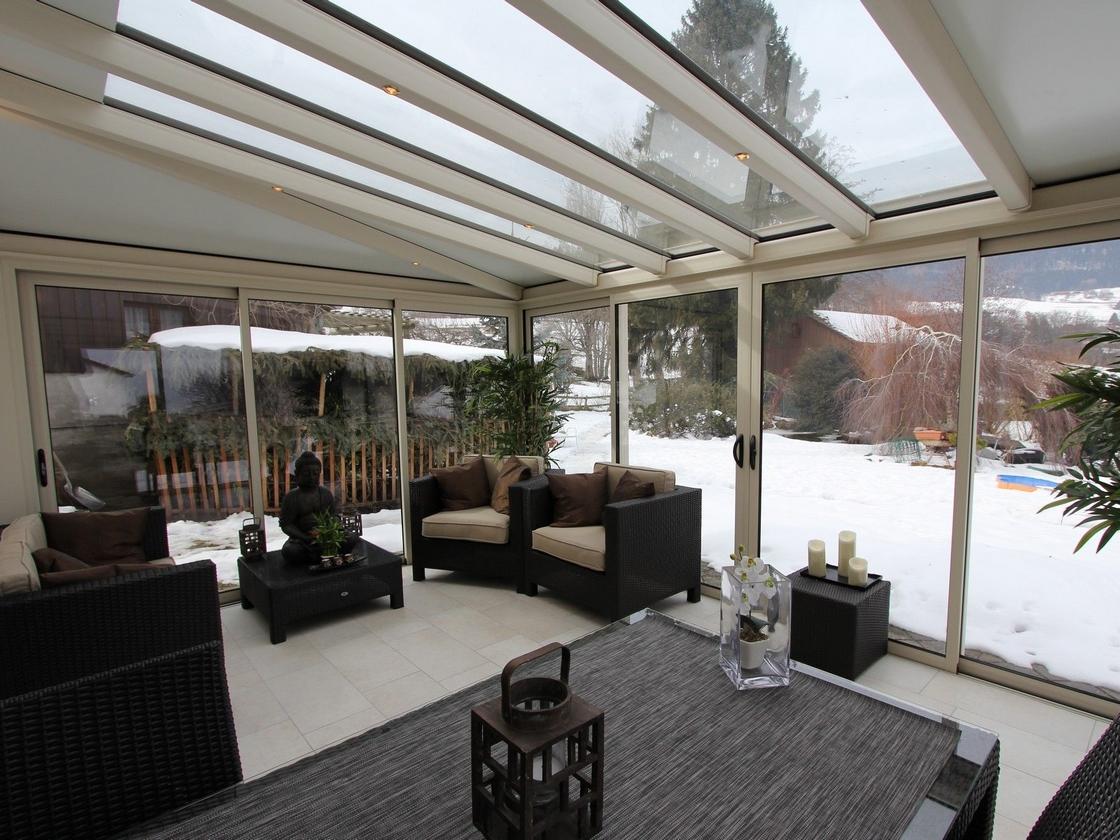 Jardin d'hiver sous la neige